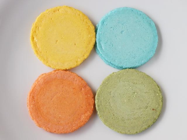 「クアトロえびチーズ」は4種のチーズをサクサクのえびせんでサンドしたえび菓子。実際に食べてみた感想は?