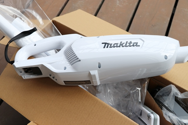 マキタの充電式クリーナ「10.8V バッテリー・充電器付 CL107FDSHW」