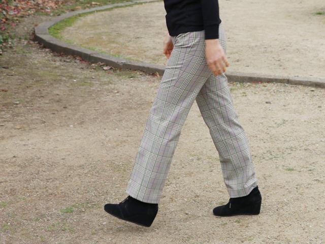 ビースリーのウォームチェック・ストレートパンツを履いたところ