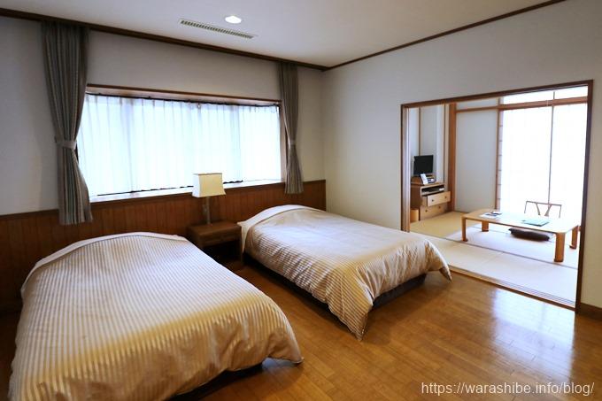 洋室のベッド