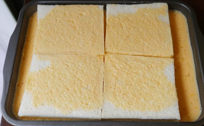 食パンを卵液に付ける