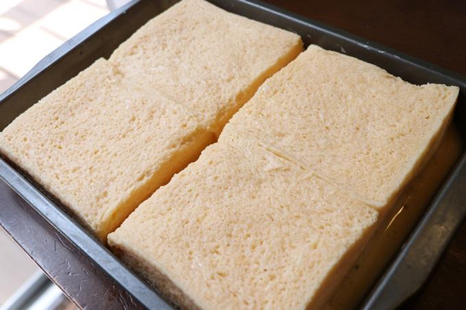 食パンを卵液につける