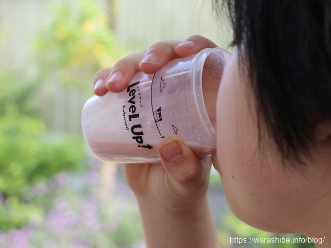 ビタブリッドCレベルアップ イチゴミルク味を飲む子ども