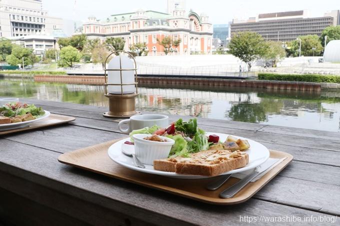 川沿いでいただくモーニングプレート(朝食)