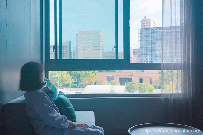窓からの景色を眺める