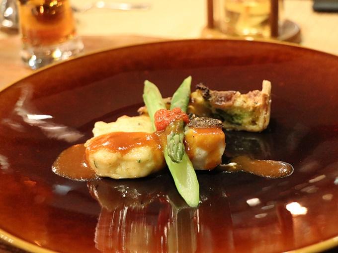 白身魚(スズキ)のポワレと帆立貝のパンケーキ 香草ソース添え