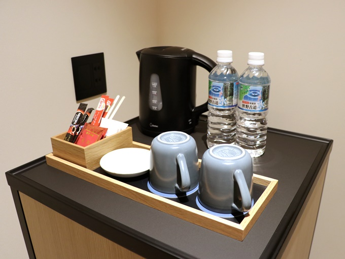 電気ケトル、マグカップ、お茶セット