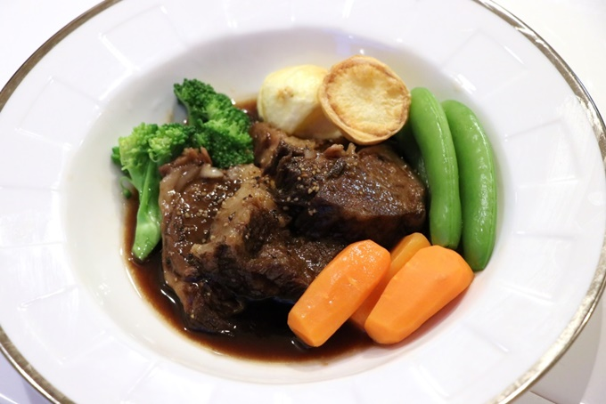 A5ランクの黒毛和牛肉の赤ワイン煮