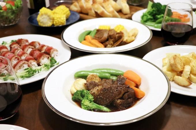 メインのお肉料理3品に、サラダ、バゲット、ポテトなどのお皿