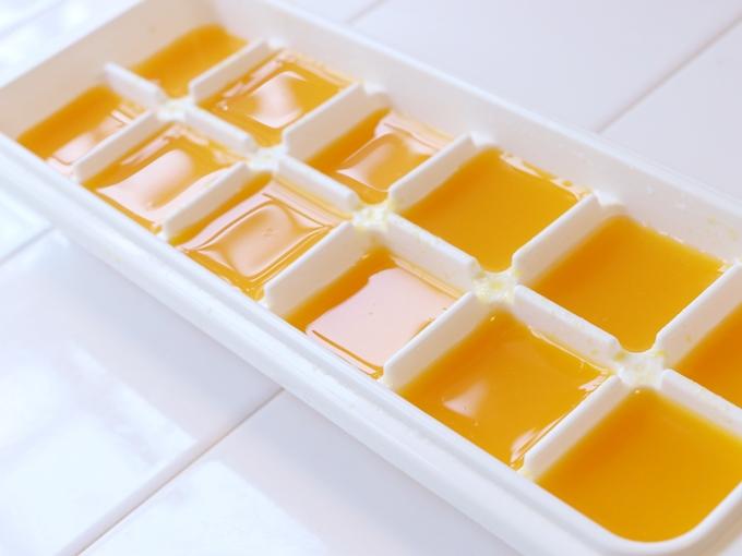 みかんジュースを製氷皿に入れたところ
